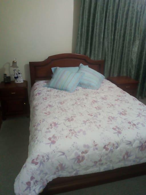 Dormitorios amplios, limpios y ventilados con ventanales grandes