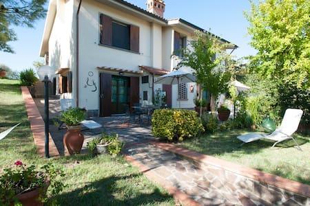 Casa Vacanze con piscina privata e splendida vista - แอมโปลิ