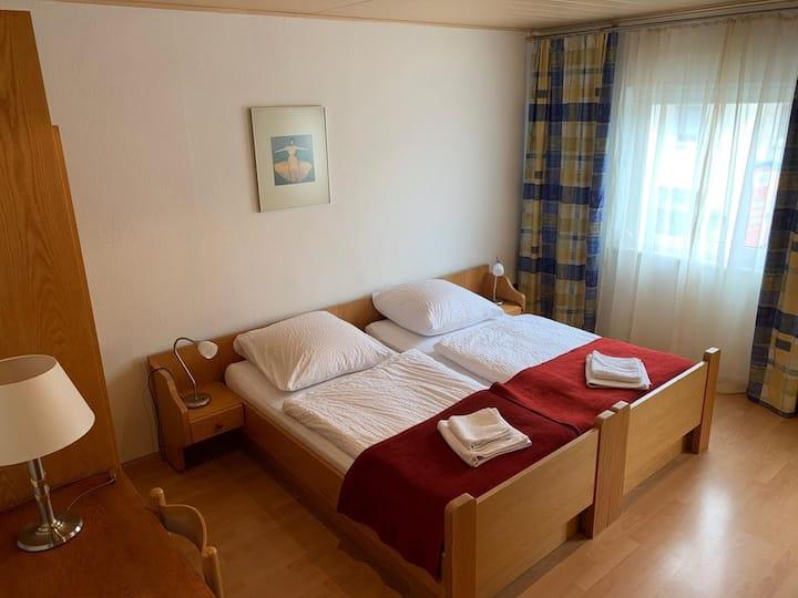 Hotel Sonne, (Uhldingen-Mühlhofen), Doppelzimmer mit WC und Dusche, Zustellbett
