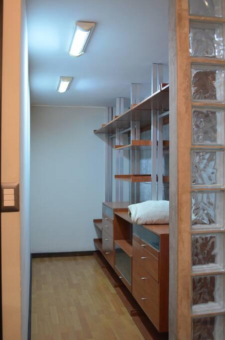 Walking Closet Room1