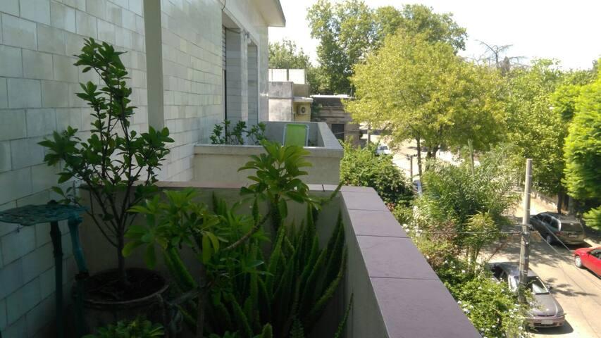 Habitación privada con balcón a la calle