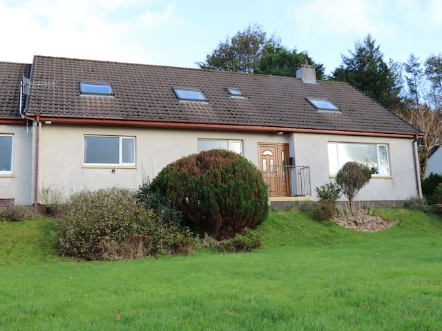 CARN LIATH, pet friendly, with a garden in Portree, Ref 968865