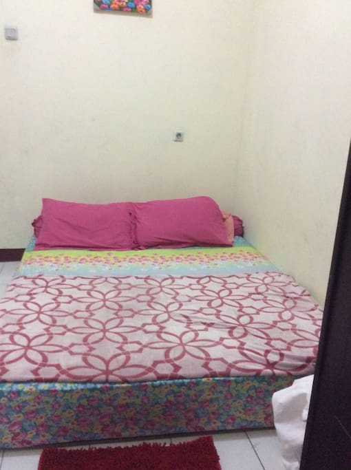 Pink and flowery room queen bed 160x200m
