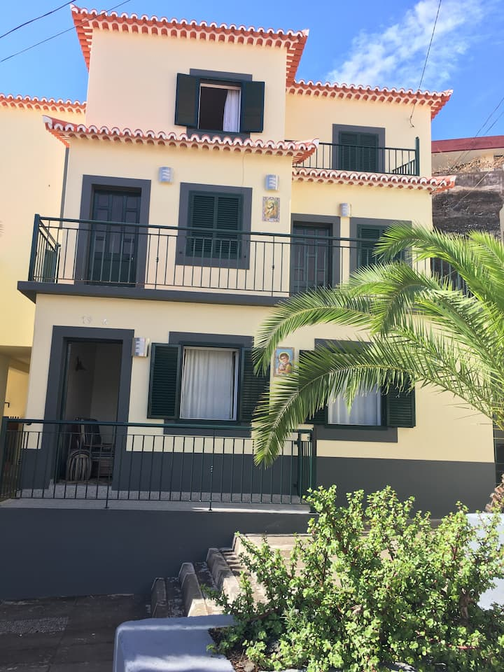 Traditional House - Beach | Gardens | Free Parking