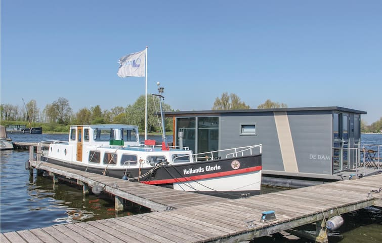 Houseboat with 2 bedrooms on 26m² in Uitgeest