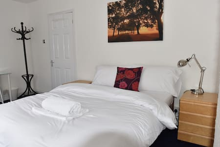 Lovely Spacious Double Room - House