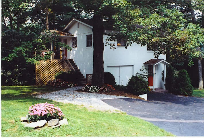 Guest House at Colonial Pines Inn: Upper Level Apartment with Deck
