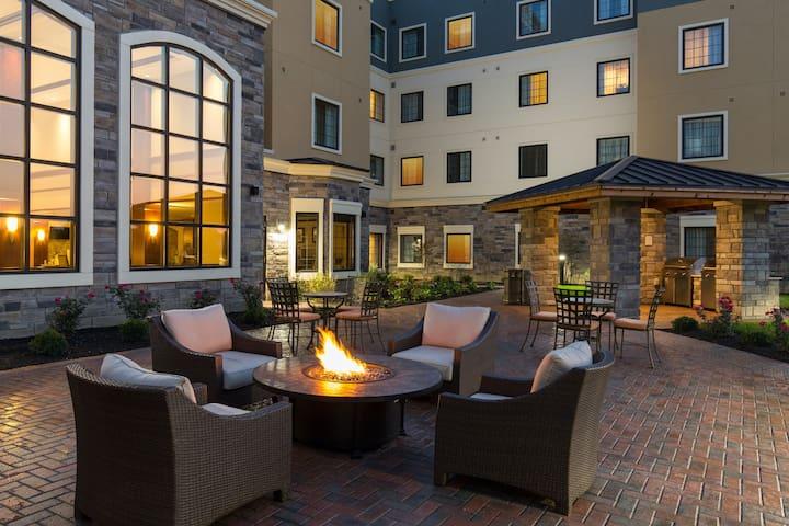 1 Bedroom Suite Near Folsom Lake! Shared Pool + BBQ Grills