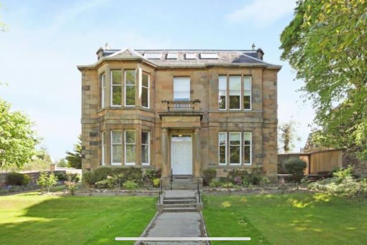 Beautiful flat: double bedroom, parking and garden