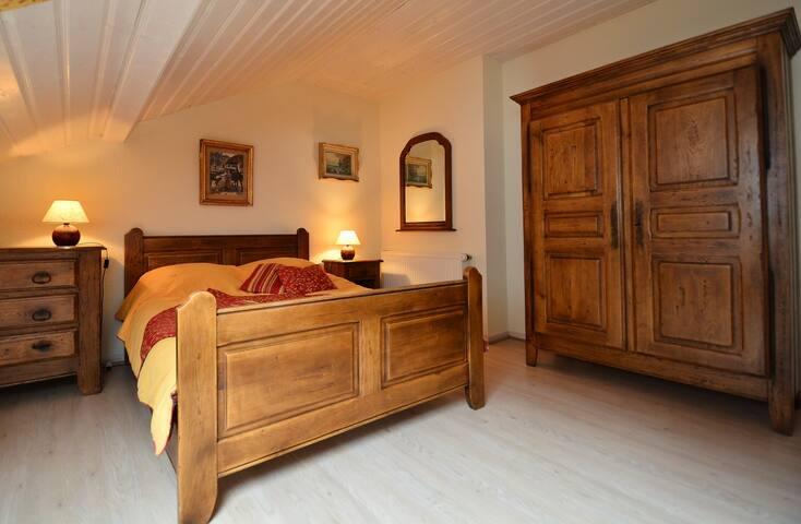 Chambre 3: Lit double et lit simple 2 à 3 personnes