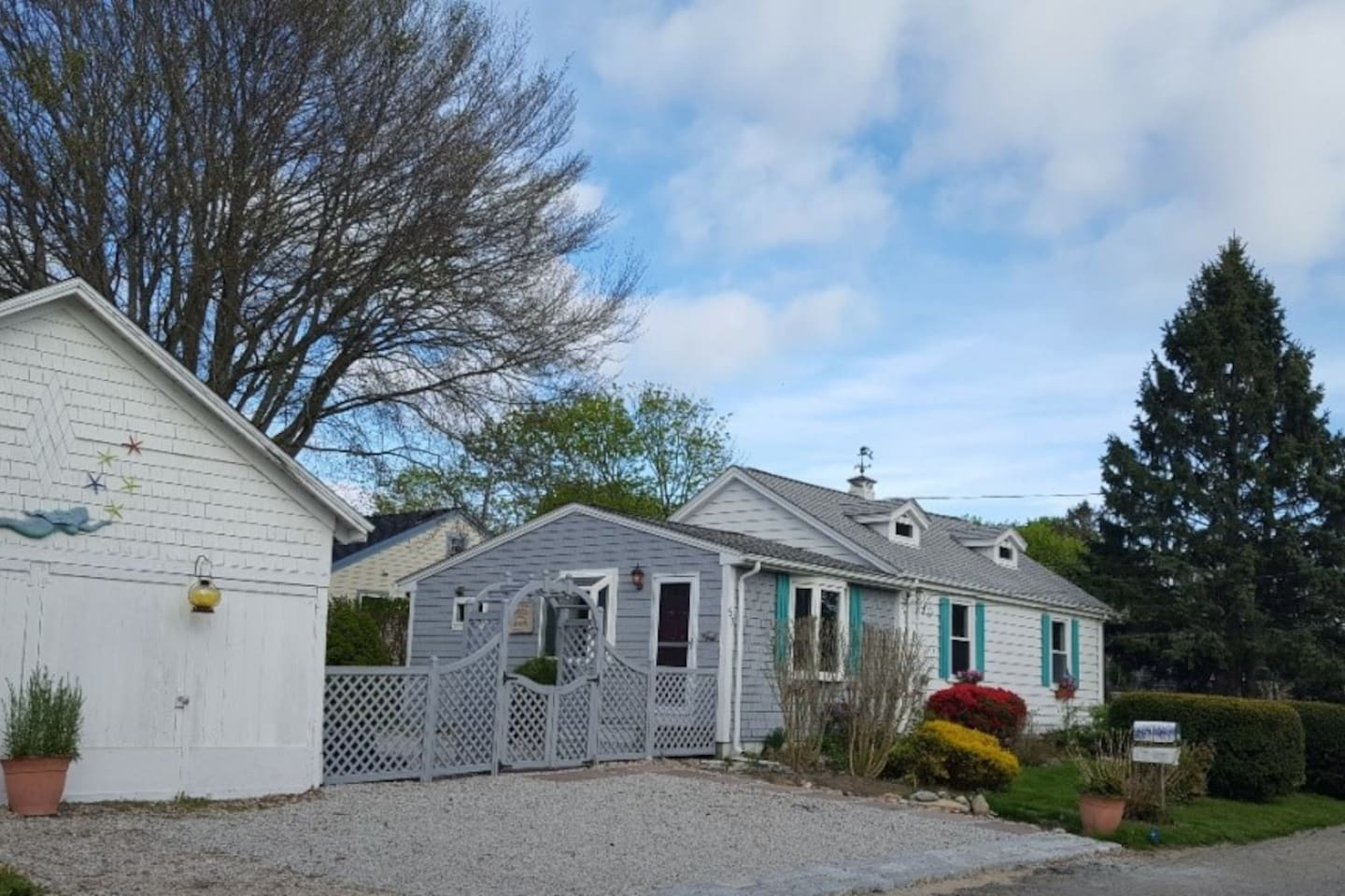 Surprising space in Port O'Call Cottage -a beach cottage paradise all on 1 level. Fenced backyard. 3 off street parking. Between two beaches and nature, not too far from downtown Newport.