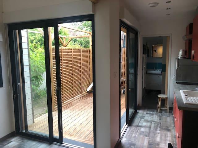 Terrasse accessible via les 2 baies vitrées