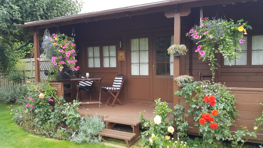 Comfortable Self Contained Chalet close to LHR - Staines-upon-Thames - กระท่อมบนภูเขา