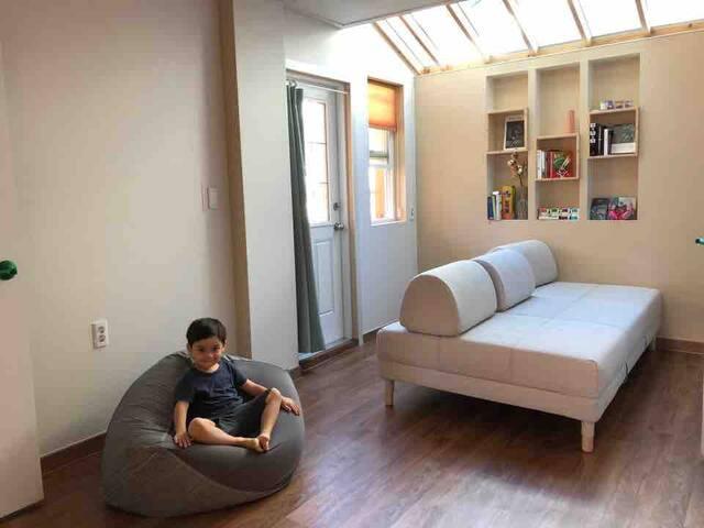 [2층] 2~4인(침실2,욕실2,거실1) 하늘  보이는 거실. 책이 있는 여유로운 여행