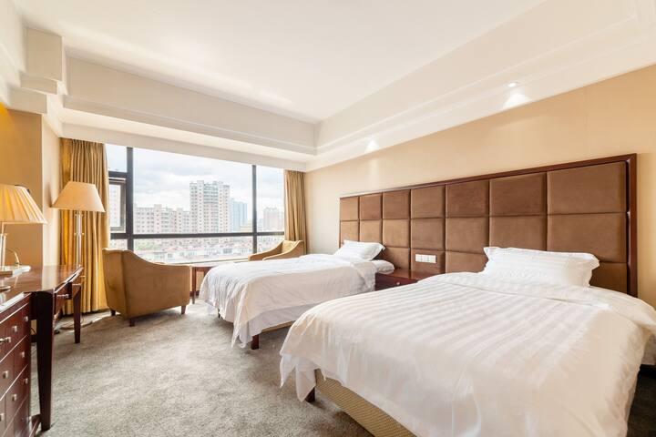 我们的房间是标准双床房哦,四星级酒店的标准,温暖舒适,是您出差旅行的不二选择。