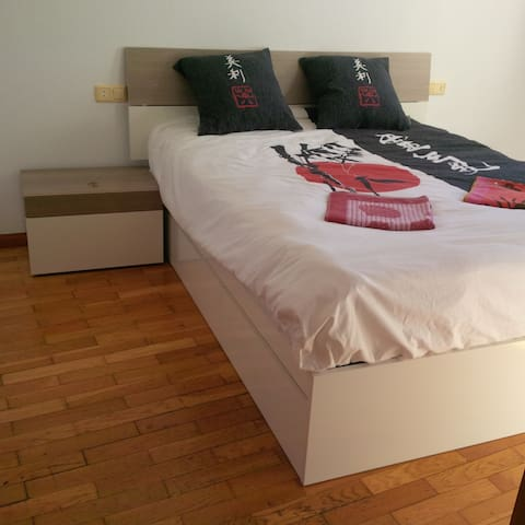 Queen Bed with huge Bathroom and Toilet - Ponferrada - Betjent leilighet