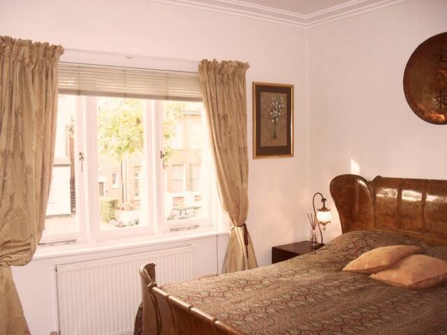 Quiet, pretty, neat room near tube and Heathrow