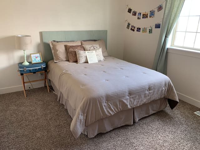 Travel-themed room with a great view - near Provo