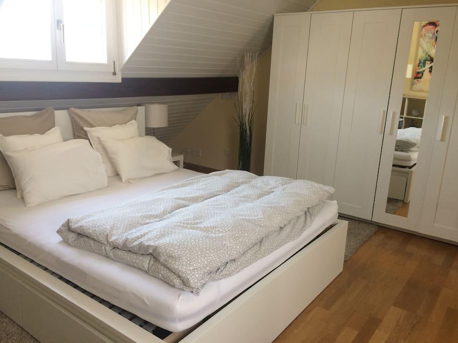 Doppelbett, Schrank mit viel Platz