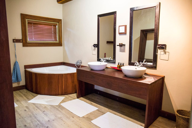 Hakusembe River Lodge, Family Unit Bathroom