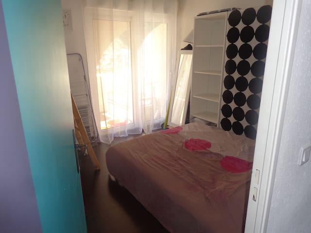 chambre avec rangements, lit 140x190