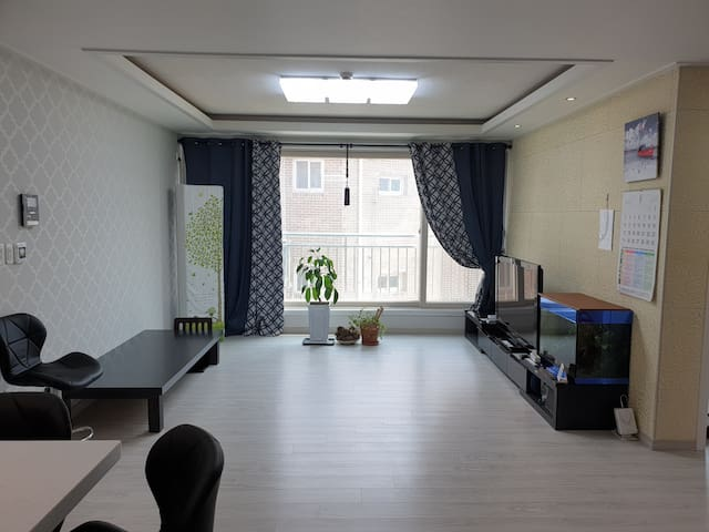 The living room : curtains are used to protect privacy and ensure good insulation. The living room table is large enough for 8 people.