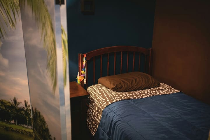 Semi-Private Bed walking distance to Quarter!