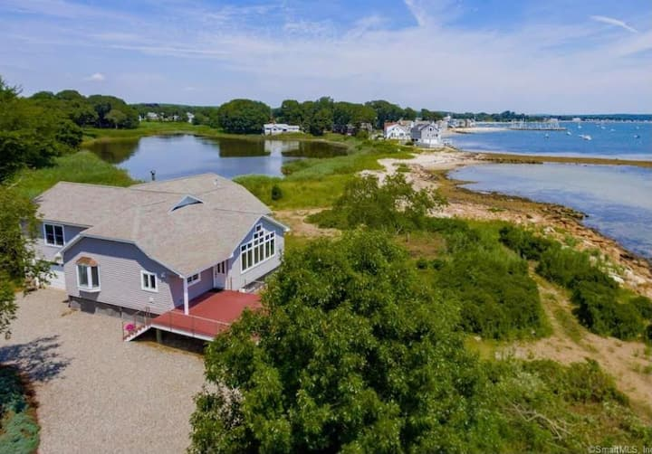 """Romantic waterfront home """"The Salty Rabbit"""""""