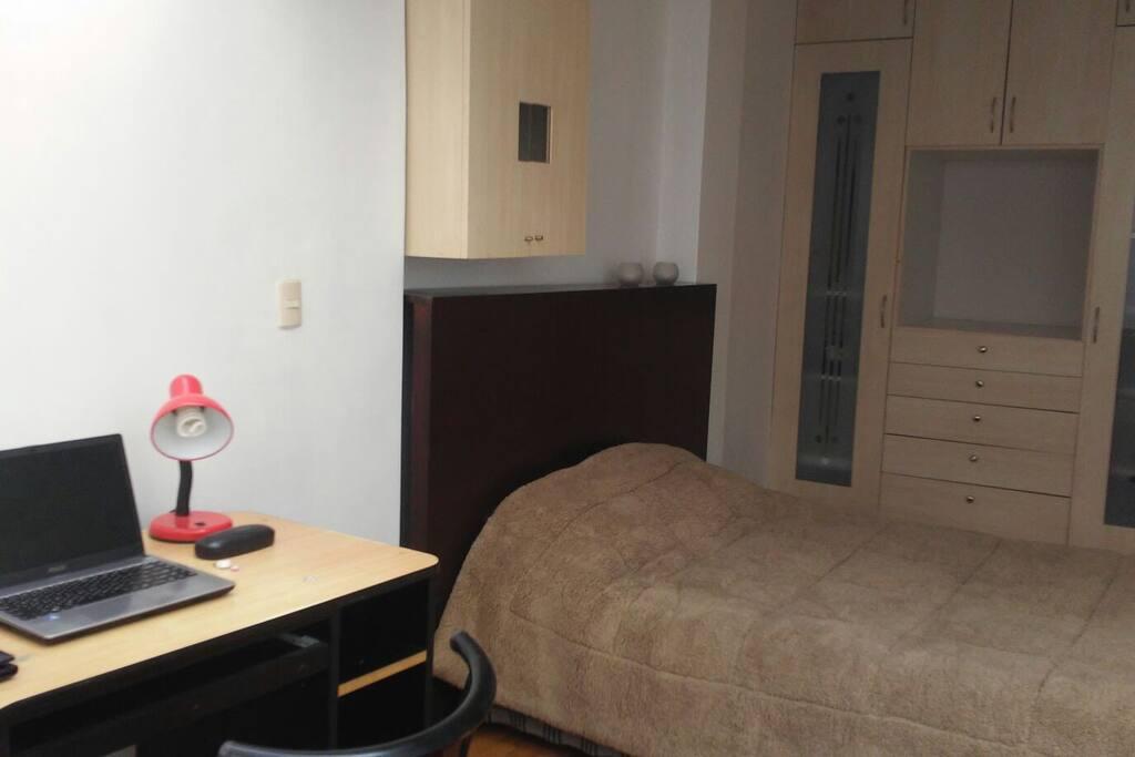 El departamento se mantiene limpio y organizado, y se puede traquilamente ya que la habitacion cuenta con un escritorio y zona muy bien iluminada.