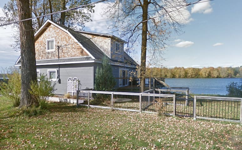 Rideau Riverfront Vacation Home - 4 bdrm, sleeps 9