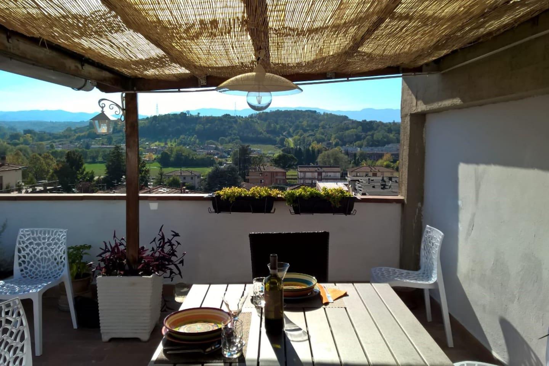 Grande terrazzo al settimo piano.... con panorama verso il Chianti, dove è possibile far colazione , pranzare cenare all'aperto.