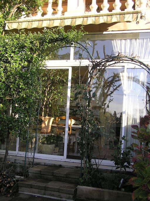 baie vitrée de la cuisine, vu de la terrasse.