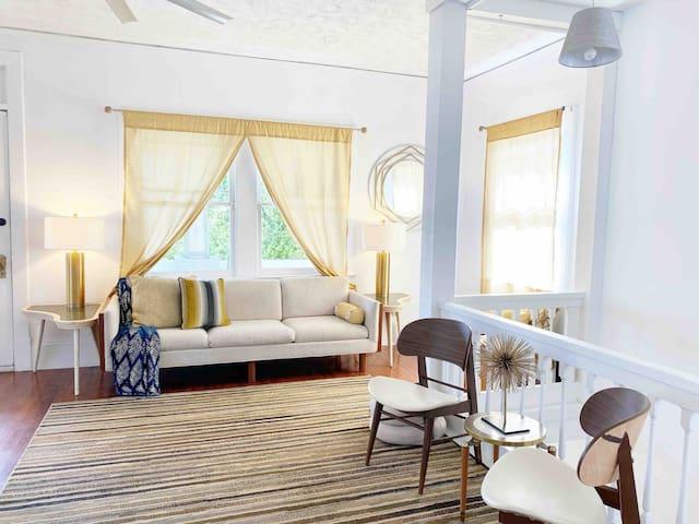 Balcony+King+Queen+office in HUGE bright Apt!