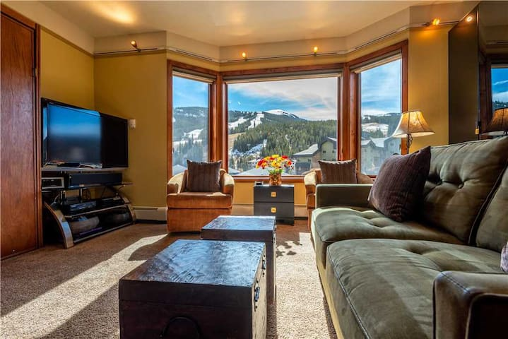Amazing Views, free wifi, free parking. Telemark Lodge studio with style that sleeps 6! Short walk to the Lifts - Telemark Lodge 404