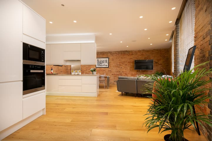Professionally cleaned, 2br, Wells Mews B