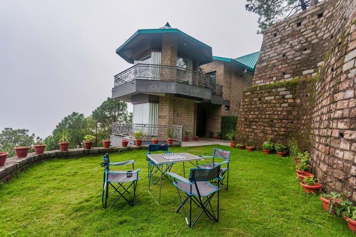 Hillview - 4 Bedroom hilltop Villa in Kasauli