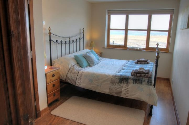 The double bedroom with kingsize bed