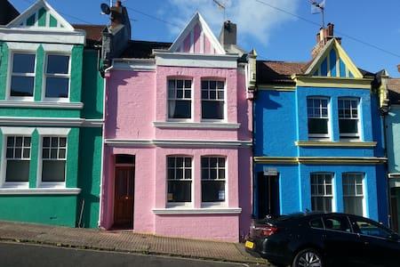 private seaview maisonette: loft+living rm+ensuite - Casa