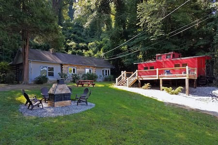 Caboose Tiny House - Walk to Town! - Bryson City