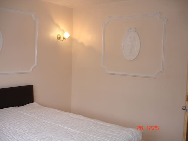 Lovely double room in a 5 bedroom house E16 4NJ