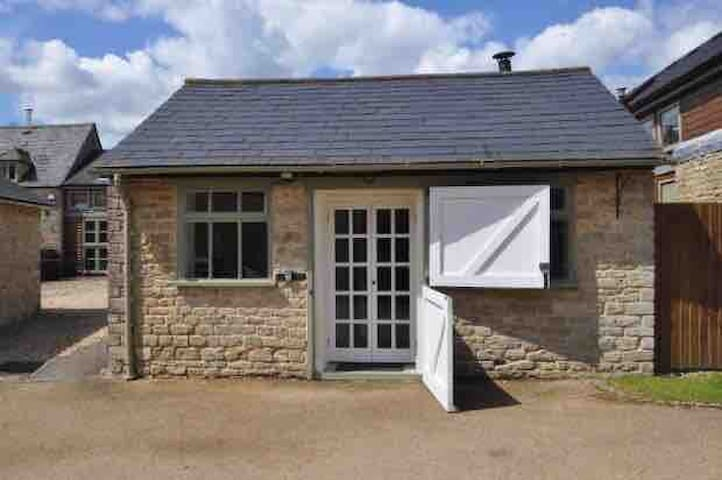 Lower Mill Estate.Cosy 1 Bedroom Cottage with Pool