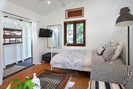 Romantic Beach House  Private/Netflix/ Bath