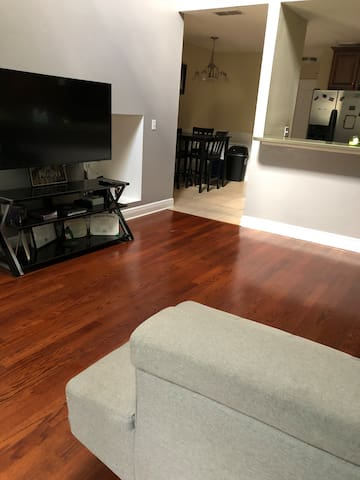 Private bedroom and bathroom 15 min. from Downtown