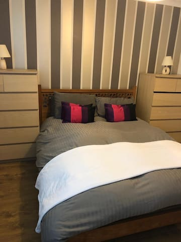 A lovely King Size En-suite near Heathrow Airport.
