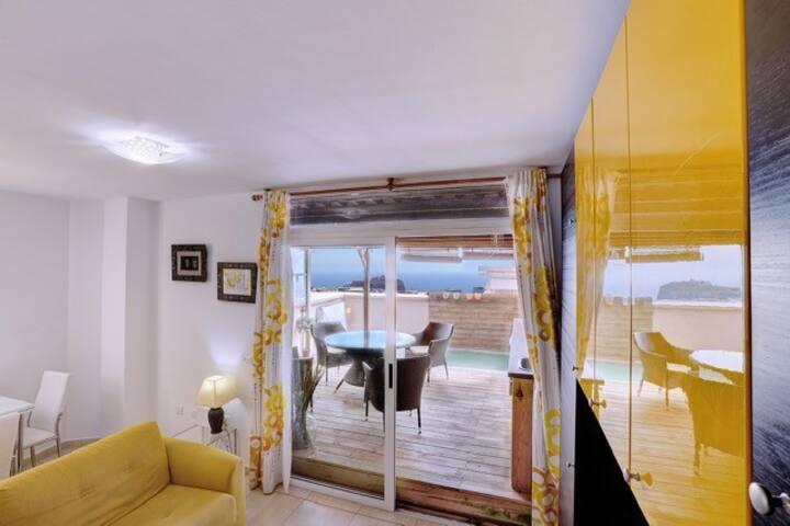 Apartamento confortable con terraza y parking.