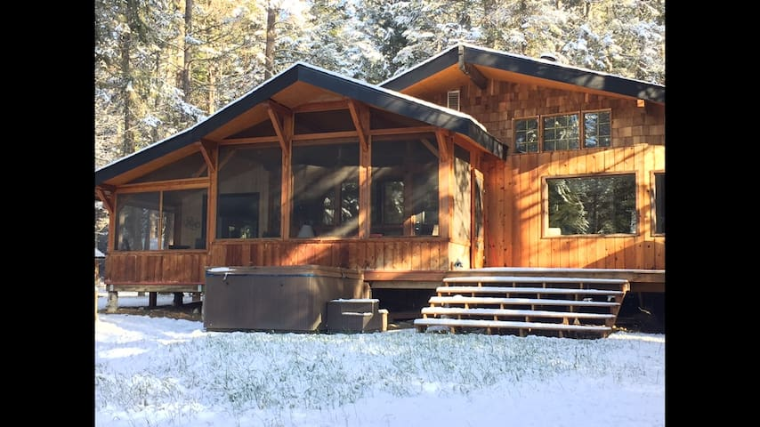 Trapper's Haven in the winter with an easy access to the hot tub located off the back deck.