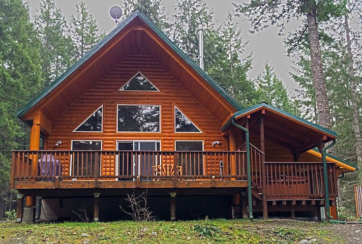 Cowlitz Riverfront Mountain Cabin