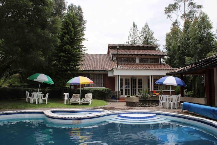 Linda casa de campo con piscina