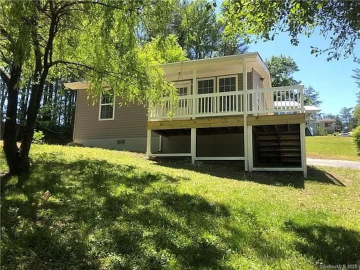 Newly renovated and furnished house near Asheville