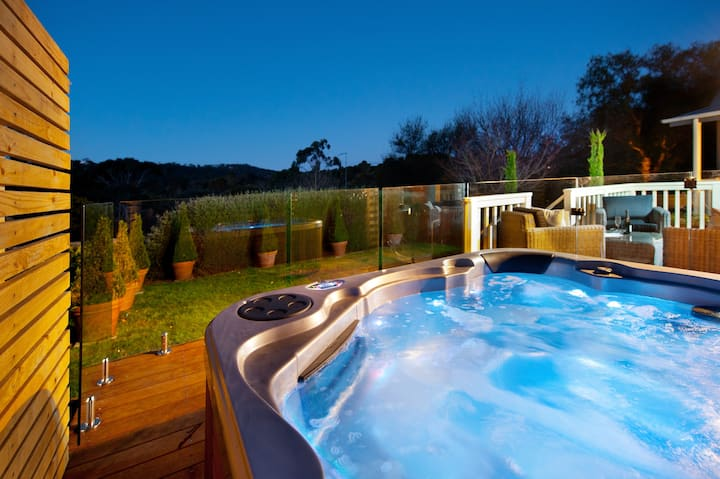 Hepburn View ~ Jacuzzi~ Perfect for girls weekend!